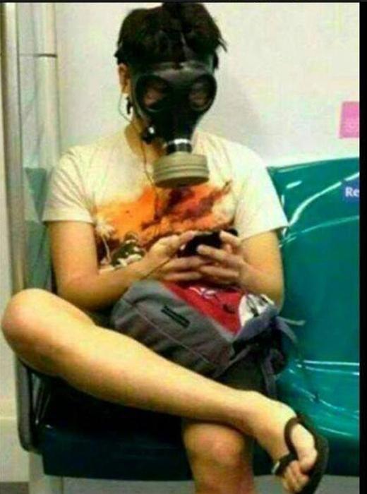 Người Singapore có thể mang mặt nạ chống độc đi ngoài đường mà không sợ người khác nhìn ngó hay chỉ trỏ.