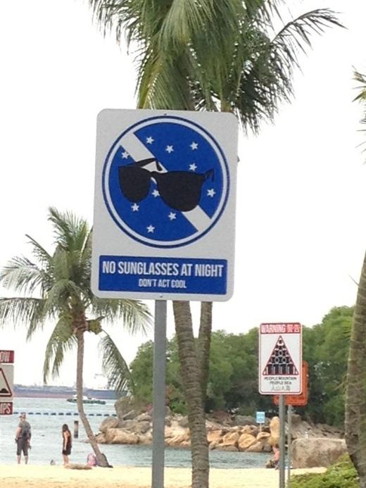Nhiều bảng cấm ở đảo quốc này rất ngộ nghĩnh như: Không đeo kính đen vào buổi tối. Bạn đừng cố tỏ ra nguy hiểm.