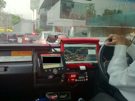 Phần lớn các taxi đều có bảng điện tử để tài xế và hành khách tiện theo dõi thị trường chứng khoán.