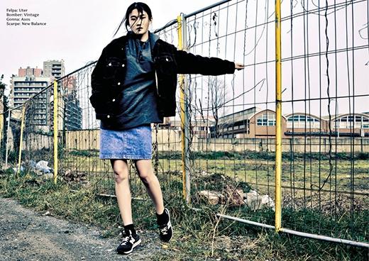 Vẻ bụi bặm, cá tính thể hiện rõ trong combo chân váy denim phối cùng áo thun phom rộng và áo khoác jeans nhung.