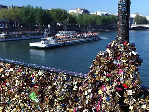 Khoảng 700.000 ổ khóa được các cặp tình nhân treo trên cầu.