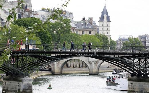Sau khi tháo các ổ khóa, chiếc cầu trở nên trống trải. Ảnh: Tổng hợp.