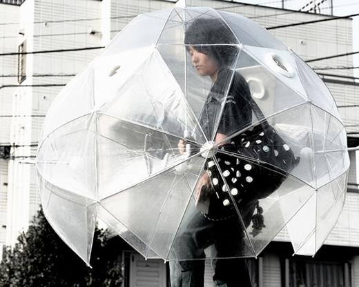 """Chiếc dù tránh mưa """"toàn thân"""""""