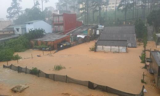 Trận mưa lớn và lốc xoáy khiến nhiều căn nhà ở TP. Đà Lạt bị chìm trong biển nước. Ảnh: FB