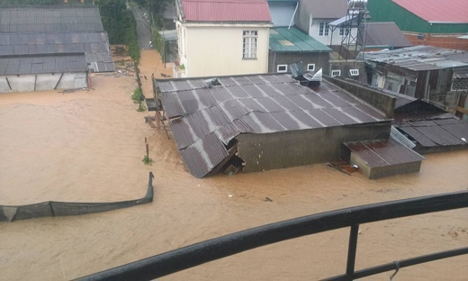 Căn nhà sau đó bị đổ sập và chìm trong biển nước. Ảnh: FB
