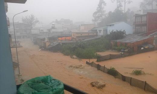 Trận mưa kinh hoàng vào hôm qua biến thành phố mộng mơ thành biển nước. Ảnh: FB