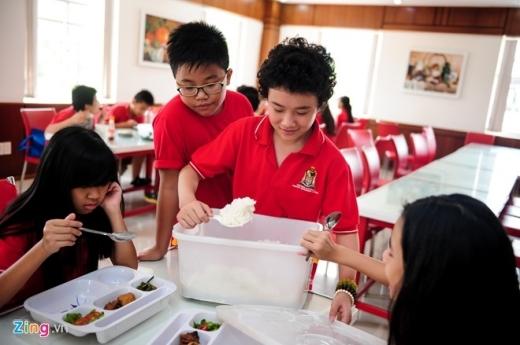 Đến giờ ăn trưa, cậu bé còn thể hiện sự ga lăng khi chủ động lấy cơm cho những người bạn thân thiết. - Tin sao Viet - Tin tuc sao Viet - Scandal sao Viet - Tin tuc cua Sao - Tin cua Sao