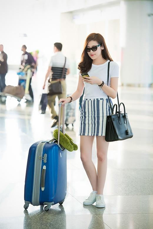 Xuất hiện tại sân bay trong bộ trang phục đơn giản nhưng không kém phần năng động, trẻ trung, á hậu Tú Anh vô cùng hào hứng và phấn khởi cho chuyến đi lần này. - Tin sao Viet - Tin tuc sao Viet - Scandal sao Viet - Tin tuc cua Sao - Tin cua Sao