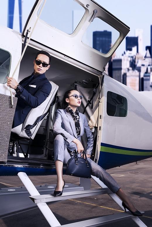 Thanh lịch nhưng không kém phần sang trọng chính là những từ khóa dành cho hai mẫu vest đen của Kim Lý và xám bạc của Thanh Khoa.Phụ kiện đi kèm như đồng hồ, mắt kính, khăn choàng cổ cũng được phối hợp đồng điệu với trang phục. Đặc biệt, chiếc túi xách Burberry có giá lên đến hơn 30 triệu đồng.