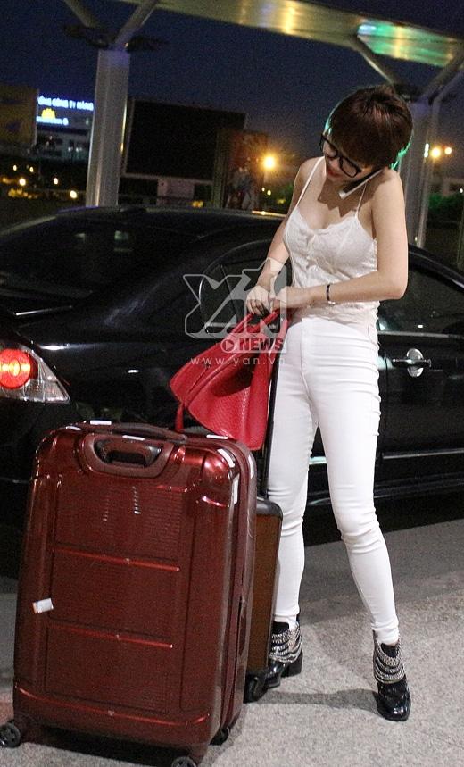 Diện cây trắng gợi cảm kết hợp giày đen cá tính, Tóc Tiên cực nổi bật tại sân bay. - Tin sao Viet - Tin tuc sao Viet - Scandal sao Viet - Tin tuc cua Sao - Tin cua Sao