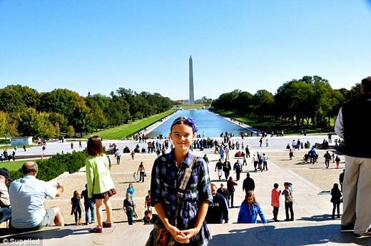 Cô bé đã viết quyển tự truyện kể về những trải nghiệm trên đường đi. (Ảnh chụp tại Washington DC, Mỹ).