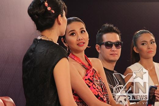 Nhà thiết kế Thủy Nguyễn tỏ ra khá e dè trong khi đó Thanh Hằng lại đỏ mặt khi chứng kiến phần trình diễn của Đình Trọng.