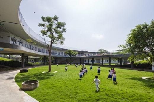 Nhà trẻ 'Farming Kindergarten' tạo cơ hội cho trẻ em gần gũi với thiên nhiên.