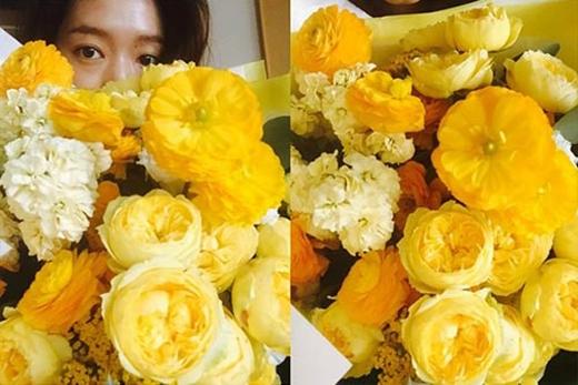 Park Shin Hye khéo léo giấu mặt đằng sau bó hoa xinh đẹp, cô nàng chia sẻ: 'Cám ơn bó hoa của Manmode'