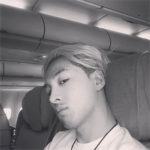 Taeyang khoe mặt mộc trên máy bay khi trên đường đến Bắc Kinh tham gia concert Made