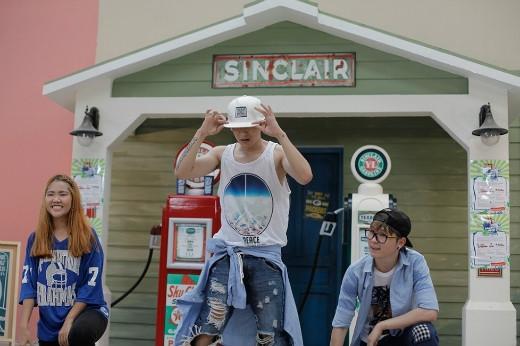 """Trong MV quay cùng Hoàng Hà và Nhật Long, Tronie lại trở về với hình tượng """"bad boy"""" quen thuộc của mình."""