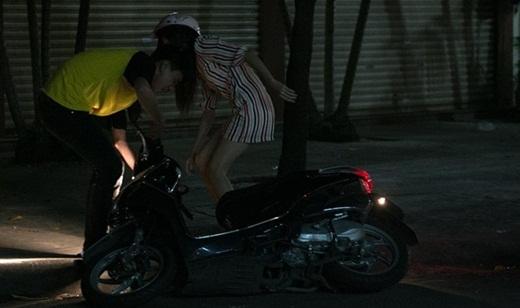 Một người dân chứng kiến cảnh đụng xe đã giúp đỡ Lily Luta dựng xe lên. - Tin sao Viet - Tin tuc sao Viet - Scandal sao Viet - Tin tuc cua Sao - Tin cua Sao