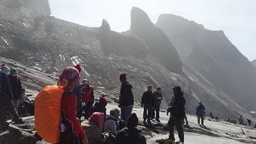 Nhiều người đang bị mắc kẹt trên đỉnh núi để chờ cứu hộ đến