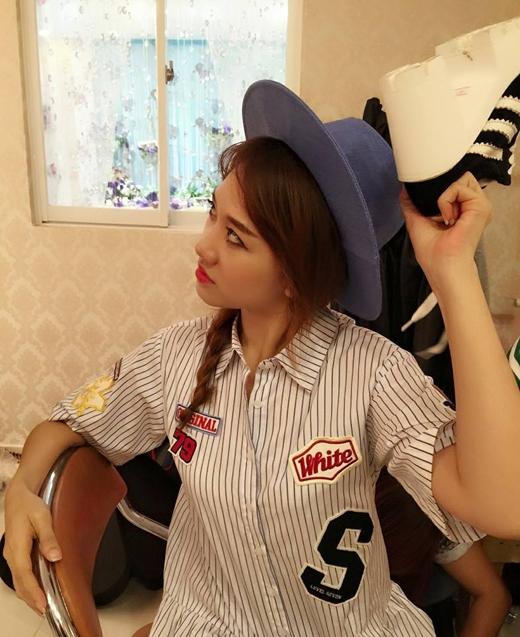 Hari Won đã đăng tải hình ảnh hậu trường của buổi chụp hình lên trang cá nhân của mình. Kiểu make up này có vẻ làm Hari trông 'dừ' hơn nhưng thật chất cô nàng là một người rất hiền theo như những gì Hari chia sẻ.