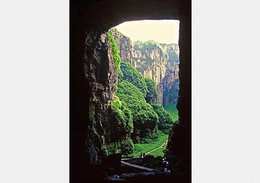Hình ảnh của cầu Thiên Long. Những cây cầu đá mái vòm tự nhiên này có độ cao trung bình khoảng 200 mét, rộng khoảng 200 mét, tạo thành cụm cầu tự nhiên lớn nhất châu Á. Sau những cơn mưa, một thác nước đổ xuống qua cầu và tạo nên một màn sương mờ ảo. Ảnh: cqnews.net