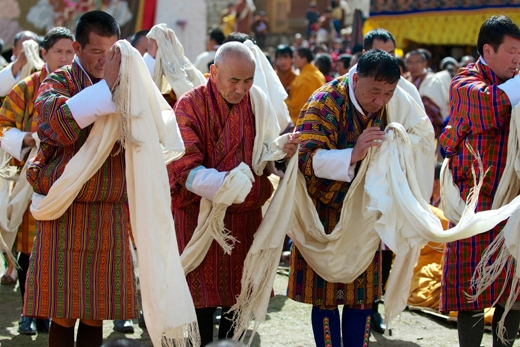 Những người đàn ông này đang tham gia vào một nghi thức cầu nguyện trong lễ Paro Tshechu.