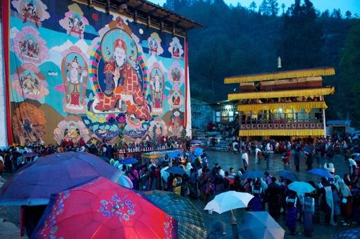 Nếu tham dự vào lễ hội Paro Tshechu, bạn sẽ được nhìm ngắm Thangka. Đây là tác phẩm hội họa đặc sắc trên lụa vẽ thánh Guru Rinpoche và các vị thần linh thiêng khác. Người dân ở quốc gia này tin rằng khi nhìn vào Thangka thì mọi tội lỗi sẽ được rửa sạch.