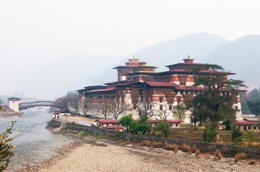 Tu viện này có tên gọi là Punakha Dzong hay còn được biết đến là cung điện hạnh phúc. Công trình kiến trúc độc đáo này được xây dựng vào thế kỷ 17 (1637), đây từng là nơi làm việc của chính phủ Bhutan cho đến khi thủ đô được dời về Thimphu (1955).