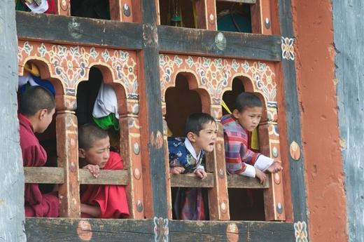 Cũng như bao cậu bé khác trên thế giới, trẻ em ở đây cũng rất thích xem bóng đá. Trong ảnh là những cậu nhóc đang xem trận bóng qua cửa sổ của tu viện.