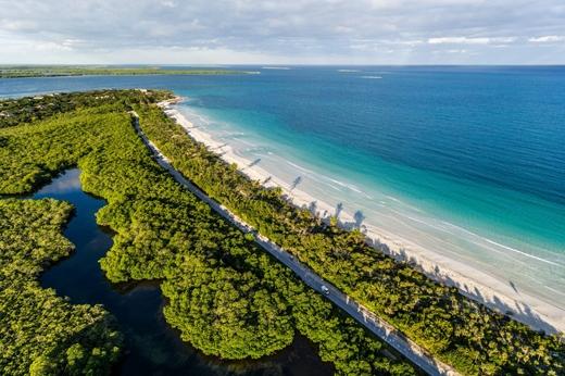 Trong hình là bãi biển xanh ngắt ở thành phố Sancti Spíritus, miền trung Cuba.