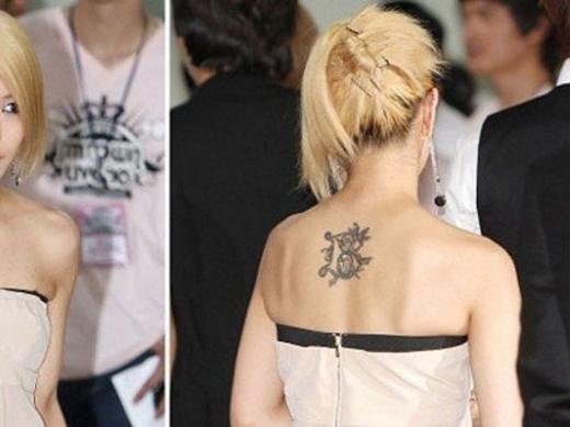 'Công chúa nhạc Pop Châu Á' BoA cũng sở hữu một hình xăm chữ B cực to ngay giữa lưng. Trừ những sự kiện lớn phải mặc đồ lộng lẫy để hở lưng, BoA ít khi khoe hình xăm này với người hâm mộ
