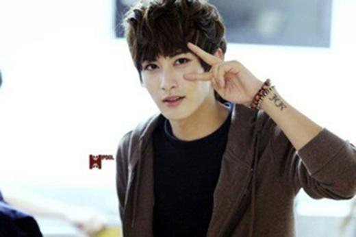 Jaehyo (Block B) sở hữu một hình xăm nhỏ ngay dưới cổ tay phải không phải ai cũng thấy.