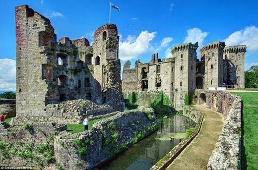 Lâu đài Raglan được xây dựng trong những năm 1430. Vào năm 1646, nơi đây được sử dụng làm hơi hội họp của các nghị viên thuộc phe Oliver Cromwell trong cuộc nội chiến. Vì thế, không ngạc nhiên khi lâu đài Raglan được miêu tả là một trong những nơi giữ bí mật tốt nhất. Di tích thời trung cổ ở miền nam xứ Wales này hiện nay vẫn giữ được những kiến trúc chủ yếu của mình như các tháp cao cùng hào nước lớn xung quanh.