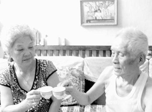 Một bữa trà ấm cúng của cặp vợ chồng 94 tuổi.