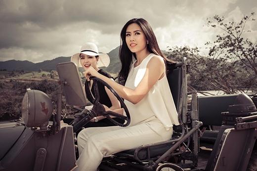 Các người đẹp lựa chọn một chiếc xe khá cổ và lạ để di chuyển. - Tin sao Viet - Tin tuc sao Viet - Scandal sao Viet - Tin tuc cua Sao - Tin cua Sao