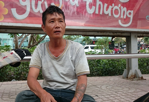 Anh Tuấn đang sống lang thang tại các trạm xe buýt