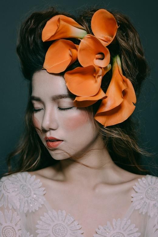 Còn với những cô gái có gương mặt góc cạnh nên chọn cách tán phấn đều xung quanh khu vực gò má và chọn gam màu thật nhẹ tạo cảm giác cho gương mặt đầy đặn hơn.