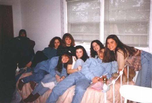 Bức ảnh được chụp trong buổi tiệc của một người đàn ông vào năm 1994. Điều đặc biệt ở chỗ chủ nhân buổi tiệc không biết cô gái trong góc tường là ai và những người dự tiệc cũng không biết hay từng chứng kiến sự hiện diện của cô gái bí ẩn đó.