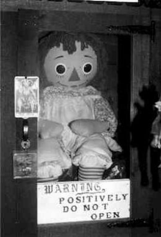 """Búp bê ma ám Annabelle nổi tiếng khiến nhiều người """"ăn ngủ không yên""""."""