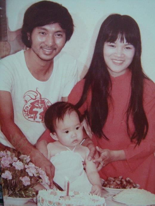 Minh Hà lúc 1 tuổi có gương mặt bầu bĩnh, đáng yêu. Có thể thấy ba bé Rio, Cherry và Sunny có khuôn mặt giống hệt mẹ Minh Hà ngày nhỏ. - Tin sao Viet - Tin tuc sao Viet - Scandal sao Viet - Tin tuc cua Sao - Tin cua Sao