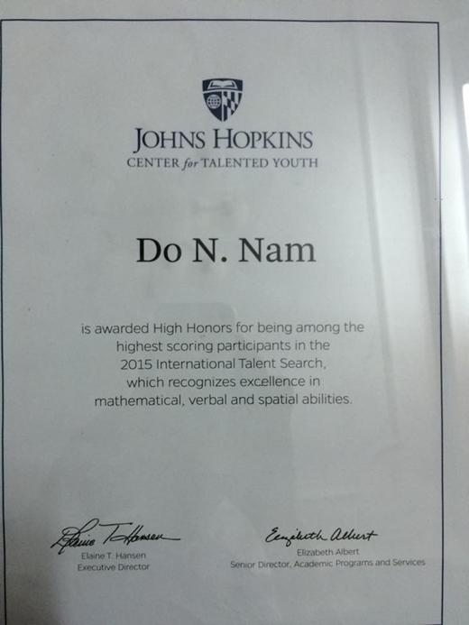 Bằng khen của trung tâm đào tạo tài năng trẻ John Hopkin: 'Đỗ Nhật Nam vinh dự là một trong những thí sinh đạt điểm số cao nhất trong chương trình tìm kiếm tài năng quốc tế 2015. Em được công nhận có tài năng xuất chúng trong toán học, diễn thuyết và hình học không gian'.