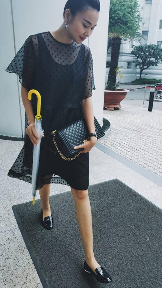 Siêu mẫu Thanh Hằng đã có những chia sẻ thú vị đối với bức hình này. Cô nói rằng, đã lâu ngày cô mới mặc váy ra đường nhưng không ngờ hôm nay trời lại mưa, điều này khiến cô nàng siêu mẫu lâm vào cảnh 'dở khóc dở cười'. Ngoài ra, Thanh Hằng đang làm việc rất công tâm và chăm chỉ với vai trò 'cầm trịch' của chương trình Vietnam Next Top Model để chọn lựa ra những bạn thí sinh xuất sắc nhất.