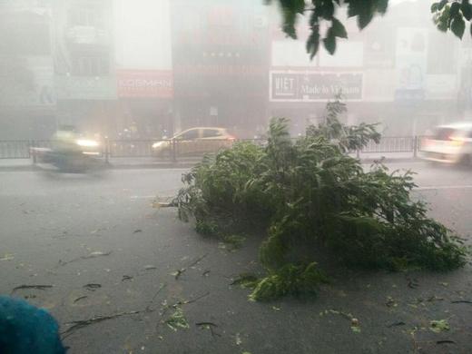 Mưa lớn và gió giật mạnh vào chiều nay ở Hà Nội