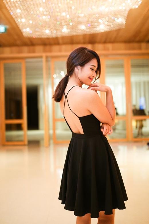 Khả Ngân trẻ trung, nữ tính nhưng không kém phần quyến rũ trong bộ váy đen được thiết kế xếp ly ở phần đuôi. Bên cạnh đó, cô nàng hot girl còn tự tin khoe lưng trần quyến rũ bên cạnh 'đàn chị' Phương Mai và Hồng Quế. - Tin sao Viet - Tin tuc sao Viet - Scandal sao Viet - Tin tuc cua Sao - Tin cua Sao