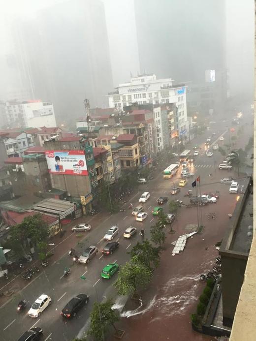 Trận mưa to và gió lớn có thể coi là lịch sử tại Hà Nội vào chiều ngày 13/6