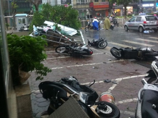 Gió giật mạnh khiến nhiều xe máy ngã la liệt trên đường