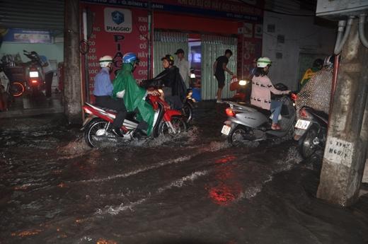 Nhiều tuyến đường ở TP.HCM chìm trong biển nước sau trận mưa lớn