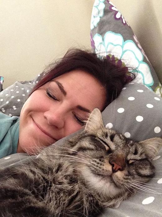 Khi ngủ mà cũng có biểu cảm 'nhắng nhít' với chủ như thế này đây. Không chừng còn mơ thấy cùng một giấc mơ nữa đấy!