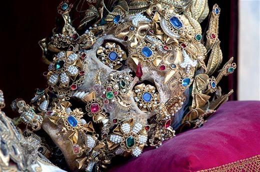 Đây là bộ xương của một tu sĩ được phong thánh và các châu báu phủ đầy là do dân chúng quyên tặng