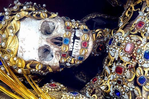 Những bộhài cốtnày được phát hiện ở hầm mộ La Mãvào thế kỷ 16 và được chôn tại các nhà thờ ở Đức, Áo và Thụy Sĩ theo lệnh của tòa thánh Vatican