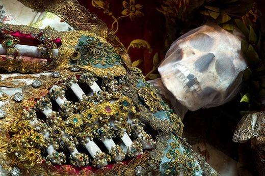 Bộ hài cốt Thánh Getreuở Ursberg, Đức phủ đầy trang sức trong đó có cả ruby, lam ngọc